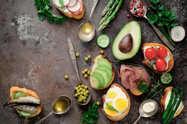 髪を美しくするためには、様々な食材をバランスよく摂る必要があります