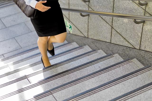 エレベーターやエスカレーターではなく、階段がオススメ