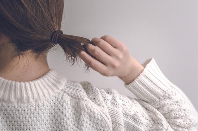 髪の毛を結んでまとめるだけでも帯電を防ぐことができます。