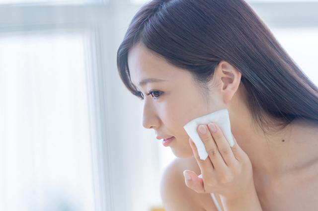NG習慣4 強いパッティングで、化粧水を肌に叩きこむ