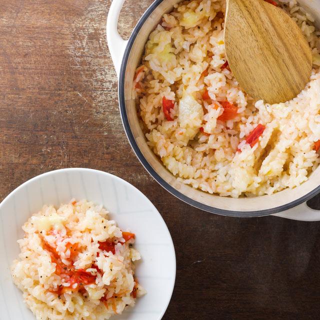 オリーブオイルを回しかけ、ブラックペッパーを挽いて、トマトとチーズを潰すようにしながら全体を混ぜる