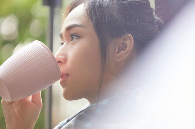 水分をたっぷり摂って、内側から潤いを与えましょう。