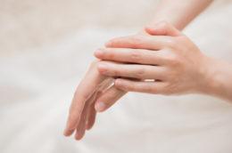 働く「手」は、老けやすい?ハンドクリームの正しい塗り方で、うるすべ手肌へ!